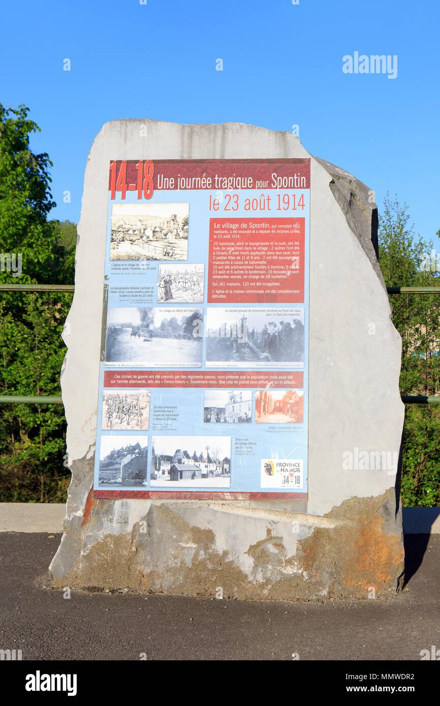 Memorial de la I Guerra Mundial con un resumen de la historia del pueblo de Spontin (provincia de Namur en Bélgica) Imagen De Stock