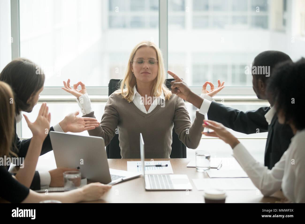 Consciente hembra boss calmando meditando en la oficina estresante Imagen De Stock