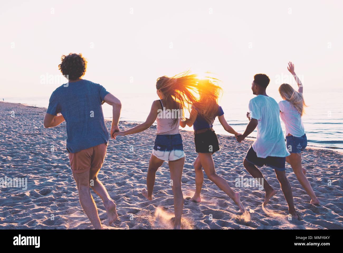 Grupo de Amigos felices divirtiéndose en la playa. Foto de stock