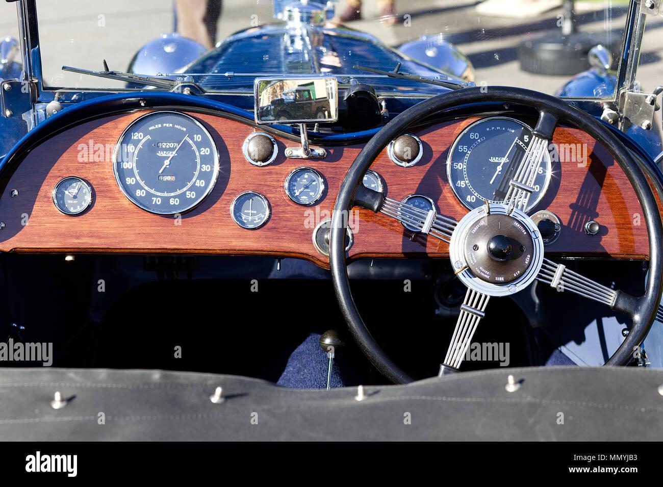 Wooden Dashboard On A Vintage British Car Imgenes De Stock Panel Madera En Un Coche Poca Britnica Imagen