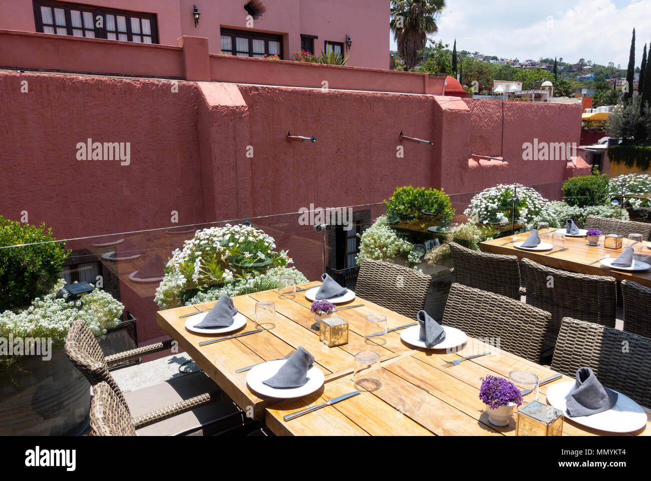 Mesas De La Terraza Para Almorzar En Un Restaurante De