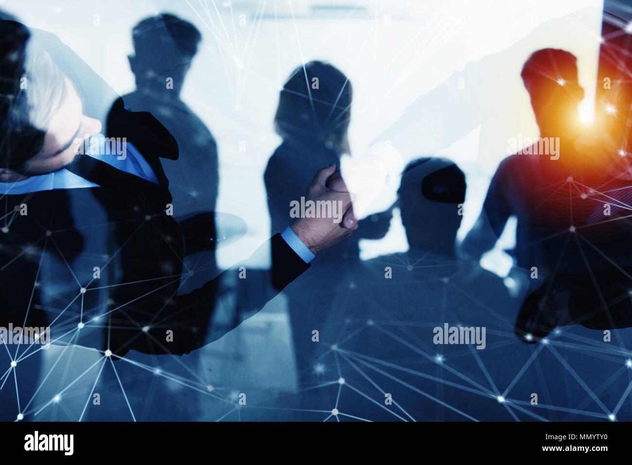 Handshaking persona de negocios en la oficina con efecto red. concepto de trabajo en equipo y colaboración con doble exposición. Imagen De Stock