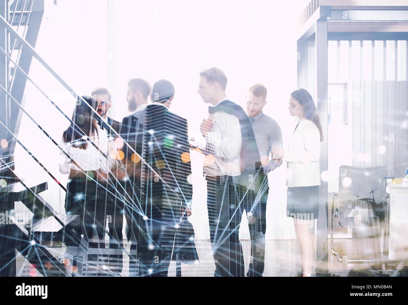 Gente de negocios trabajando juntos en la oficina con internet efectos de la red. Concepto de trabajo en equipo y colaboración con doble exposición. Imagen De Stock