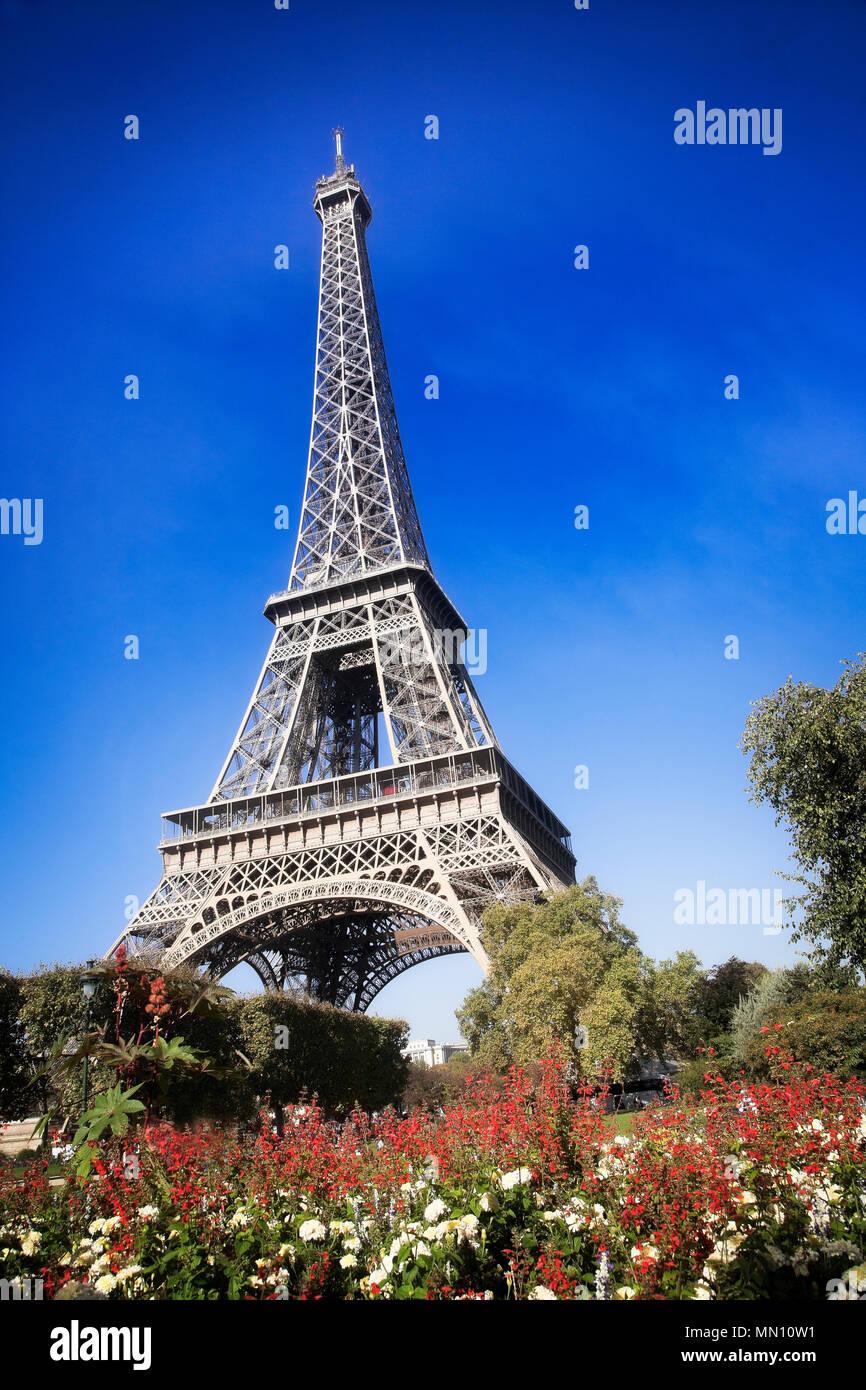 Los jardines y la Torre Eiffel, en el mes de septiembre. París, Francia. Imagen De Stock