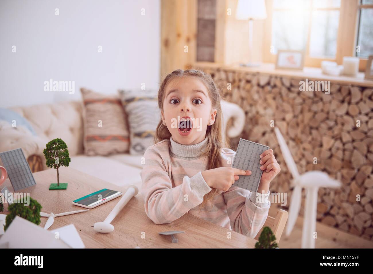 Muy agradable chica apuntando a la batería solar Imagen De Stock