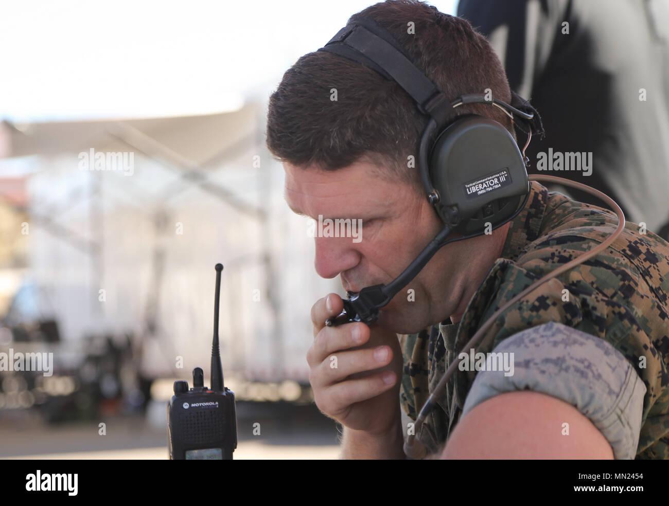Cuerpo de Marines de EE.UU Gral Christophe McLin un armamento y tácticas Instructor oficial de aire con armas y tácticas de Aviación Marina Escuadrón uno (MAWTS-1) se comunica con los pilotos durante un estrecho apoyo aéreo digitalmente asistida de ejercicio en Marine Corps Air Station Yuma, Arizona, el 15 de agosto de 2017. Este ejercicio se realizó para ayudar a mitigar el riesgo para el personal militar mediante el aumento de la conciencia de la situación en el campo de batalla. (Ee.Uu. Marine Corps foto por Lance Cpl. Andrew Huff). Foto de stock
