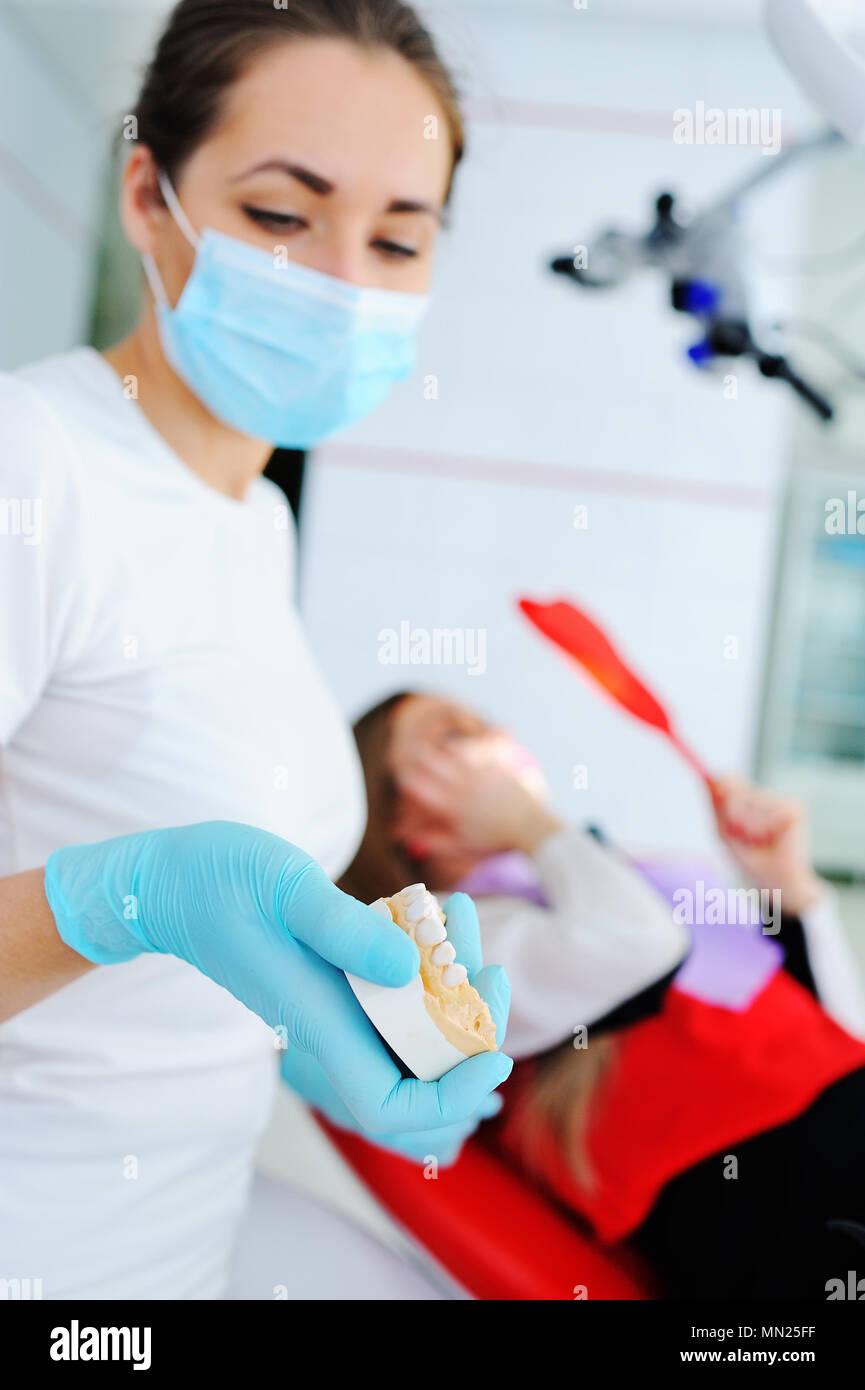 Pie de imprenta de la mandíbula en manos del dentista Foto de stock