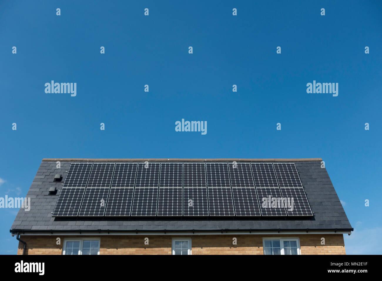 Paneles solares en el tejado de una casa Imagen De Stock
