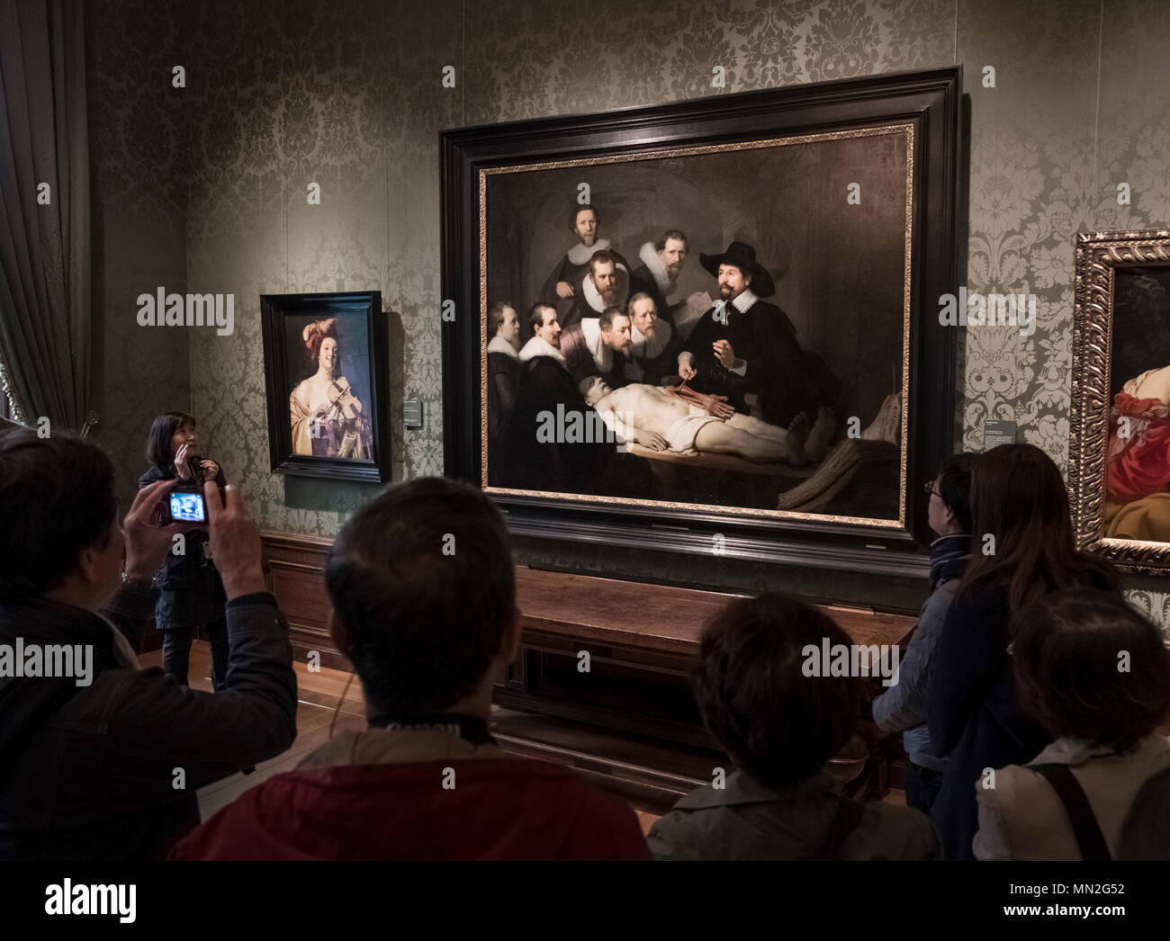 Visitantes en la Mauritshuis admirar artista holandés Rembrandt obra ...
