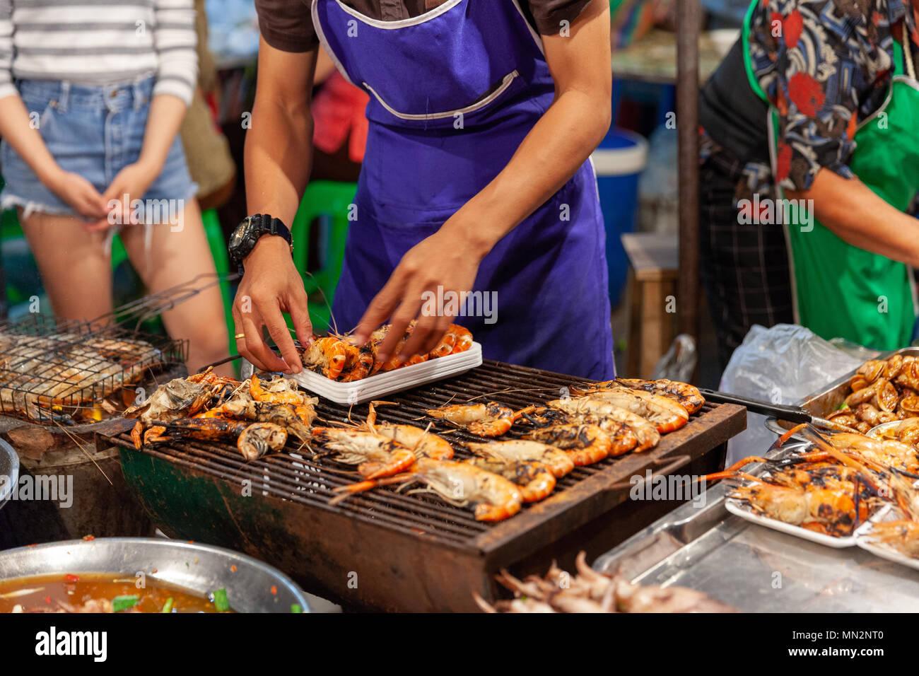 CHIANG MAI, Tailandia - 27 de agosto: el hombre preparar langostinos a la venta en el mercado de sábado por la noche en Chiang Mai (Calle) el 27 de agosto de 2016 en Chian Imagen De Stock