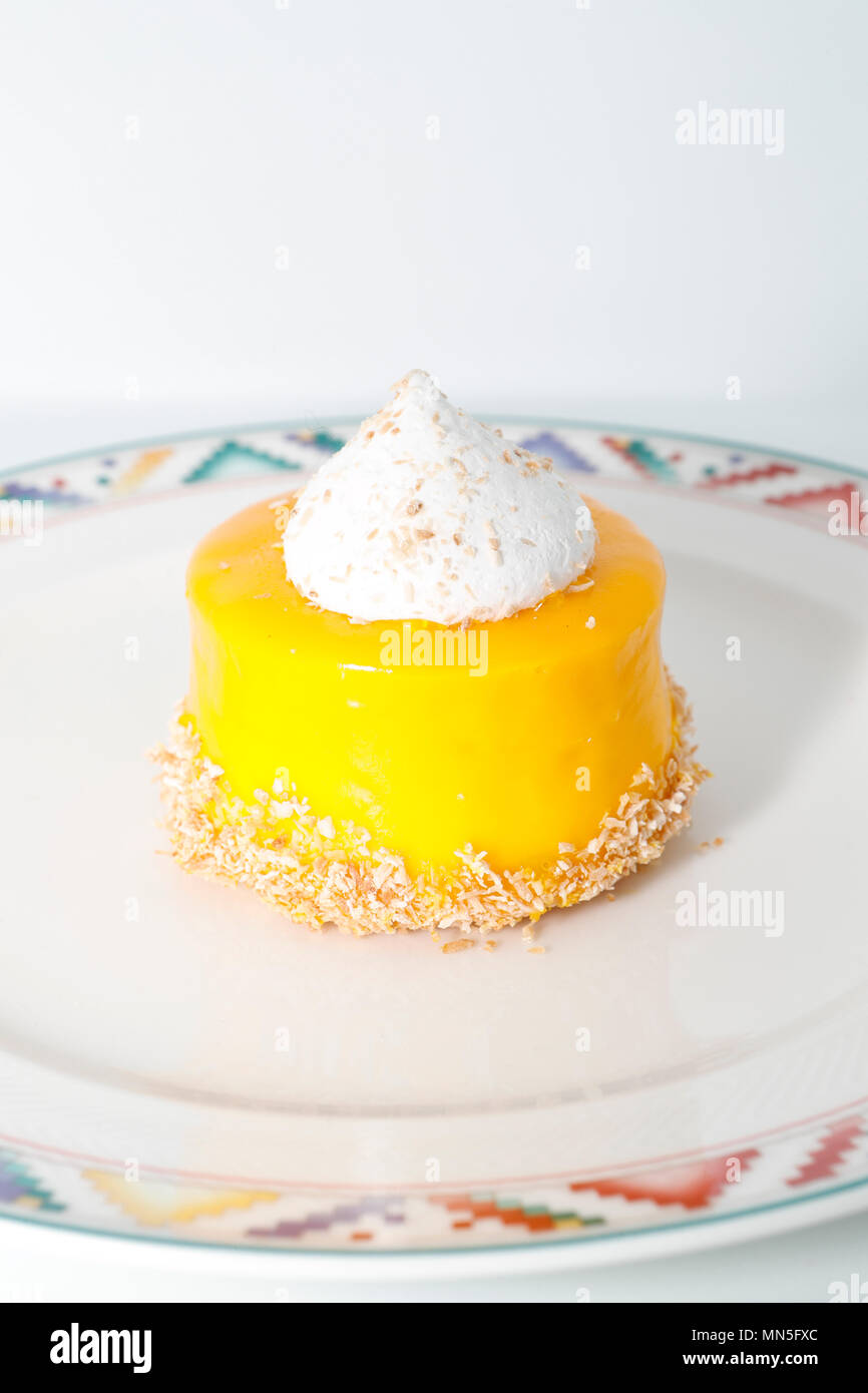 Pastelería francesa. Mousse de mango. Foto de stock