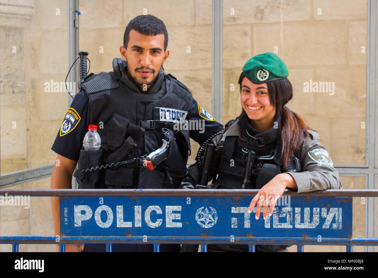Vía Dolorosa, Jerusalén Israel Una amable mujer joven policía israelí y posar para las fotos justo antes de los 70 años celebraciones de la independencia. Imagen De Stock