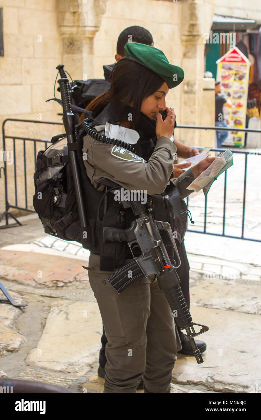 Vía Dolorosa, Jerusalén Israel una joven mujer policía israelí y comprobar las identidades justo antes de los 70 años celebraciones de la independencia. Imagen De Stock
