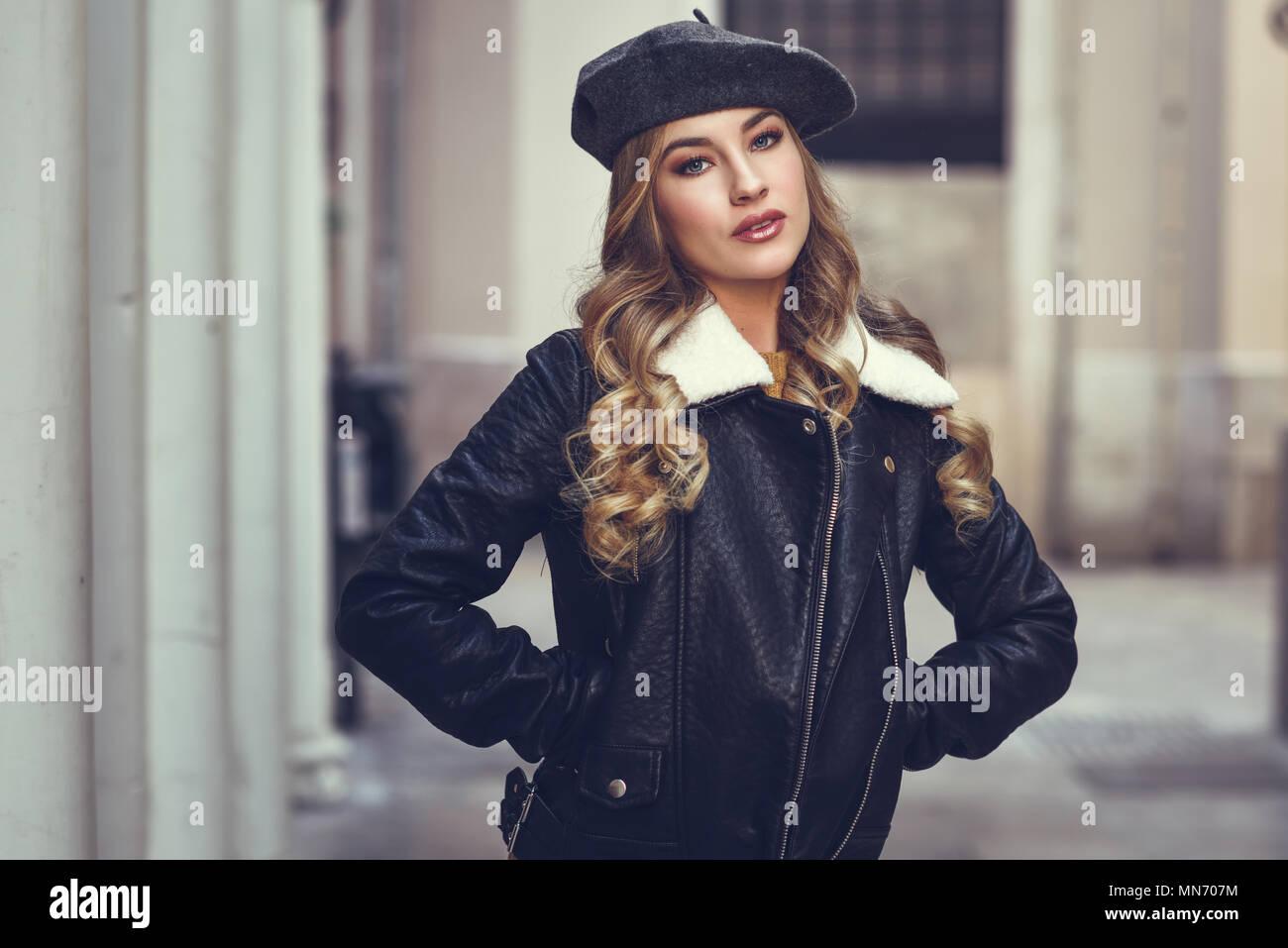 Mujer rusa rubia en el contexto urbano. Hermosa joven