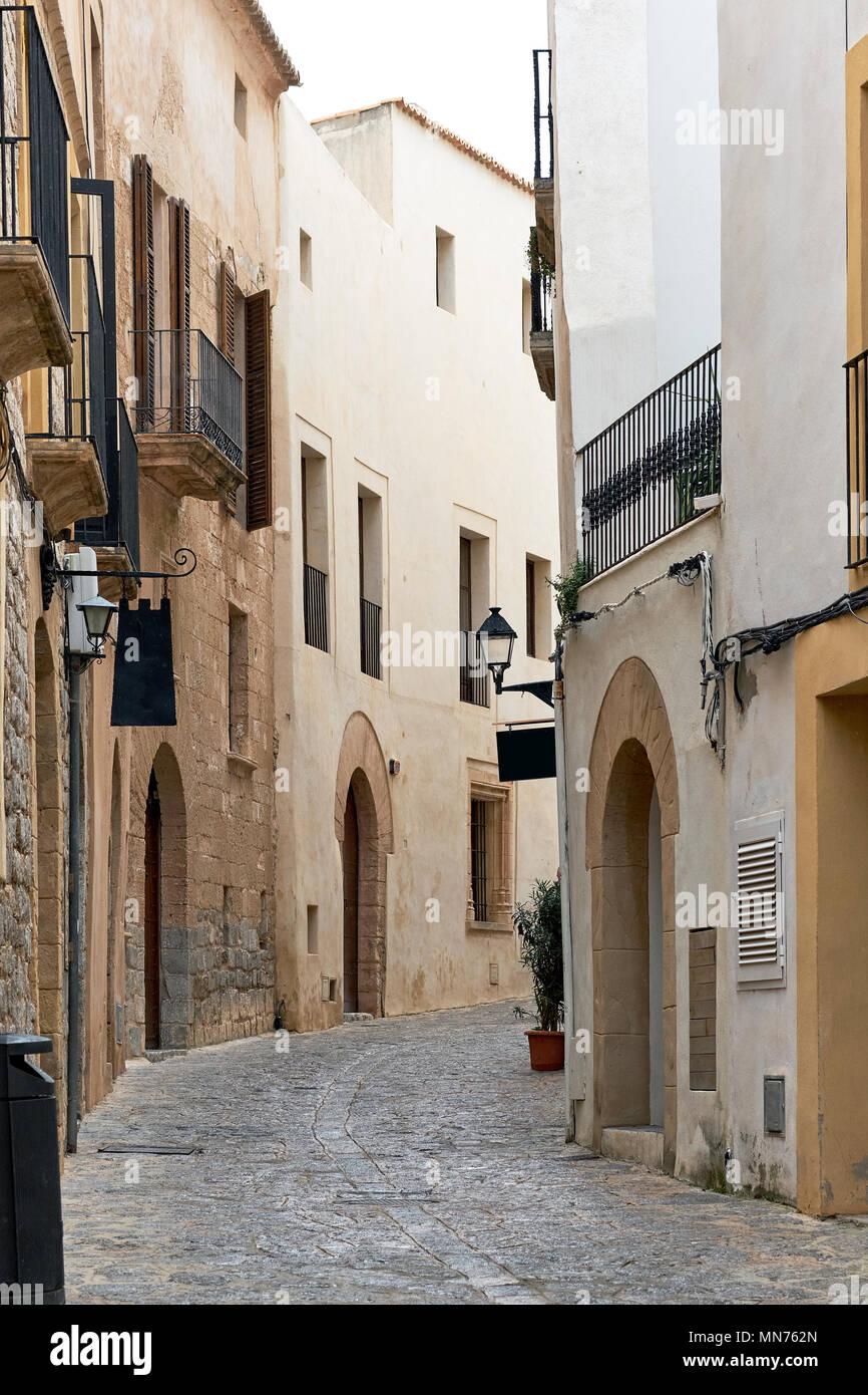 Encantadora calle adoquinada vacía de la vieja ciudad de Ibiza (Eivissa), Islas Baleares. España Imagen De Stock