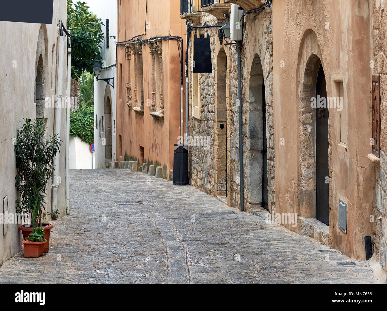 Encantadora calle adoquinada vacía de la vieja ciudad de Ibiza (Eivissa), Islas Baleares. España Foto de stock