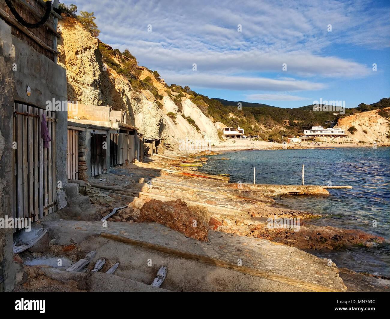 Cala d'Hort Playa Barca y garajes. La isla de Ibiza, Islas Baleares. España Foto de stock