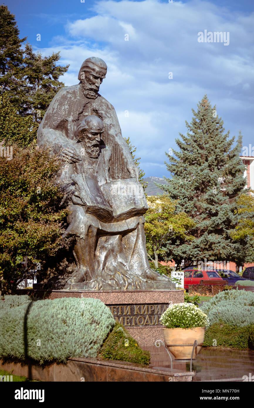 Gran estatua de bronce de los Santos Cirilo y Metodio, creadores del alfabeto cirílico -católico cristiano teólogos, misioneros y apóstoles eslavos Foto de stock
