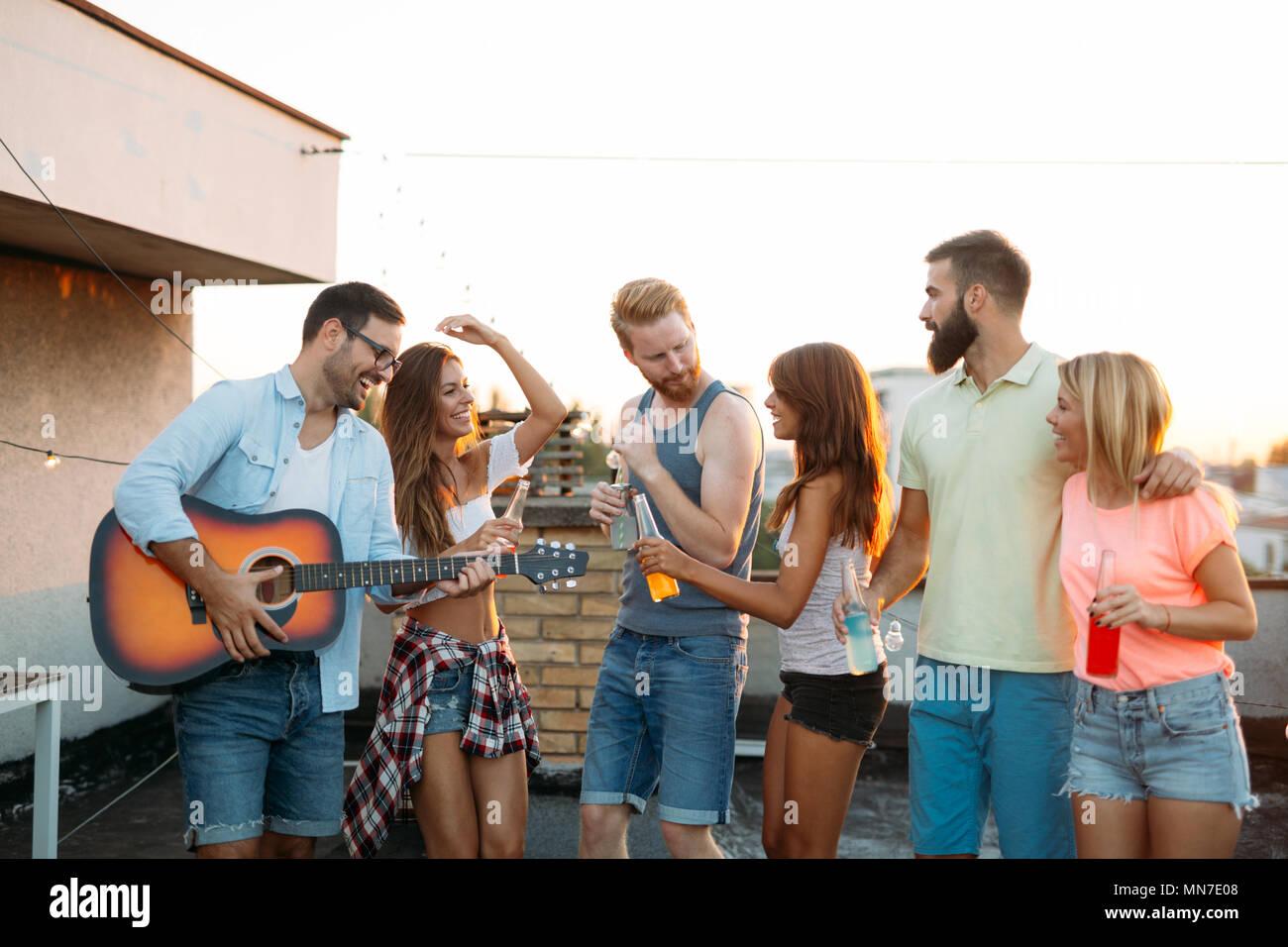 Feliz amigos riendo y sonriendo al aire libre Foto de stock