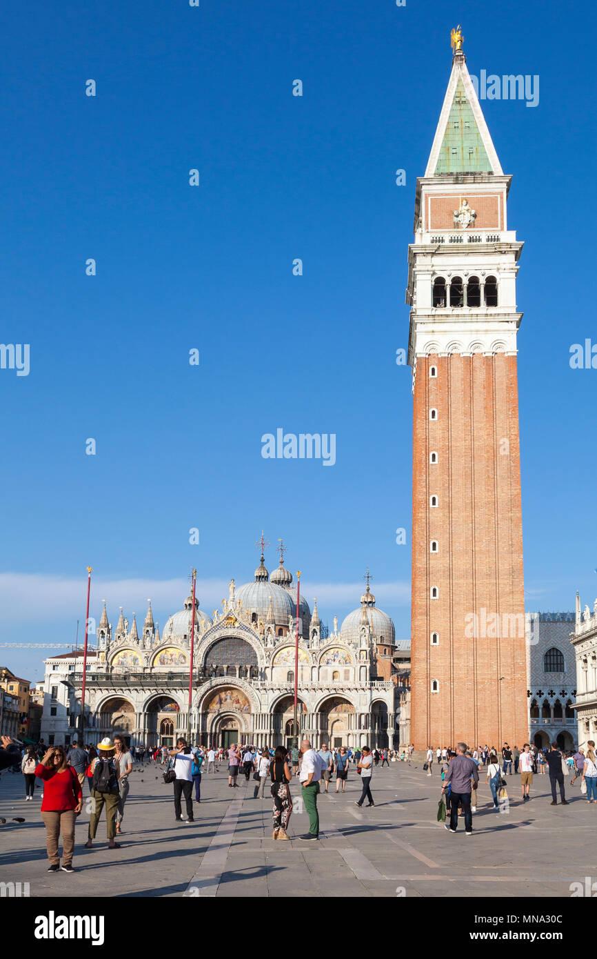 La plaza de San Marcos, la Basílica de San Marcos y el Campanile al atardecer, Venecia, Véneto, Italia. La Plaza de San Marcos, la Catedral de San Marcos. Los turistas dispersos en fo Imagen De Stock