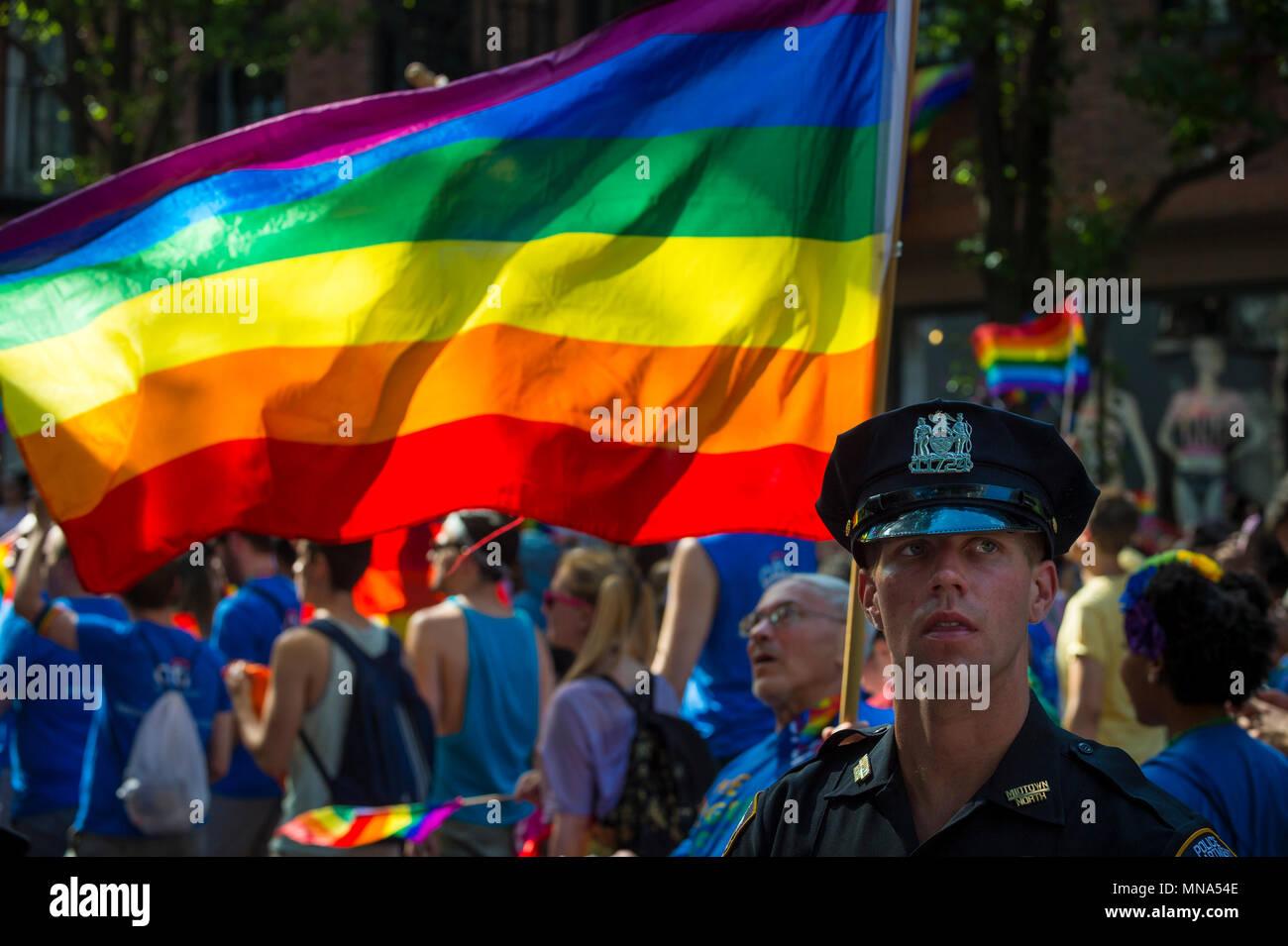 La CIUDAD DE NUEVA YORK - 25 de junio de 2017: la oficina de la policía de NYPD Guapo proporciona seguridad al margen del Desfile del Orgullo Gay anual a medida que pasa a través de Greenwic Imagen De Stock