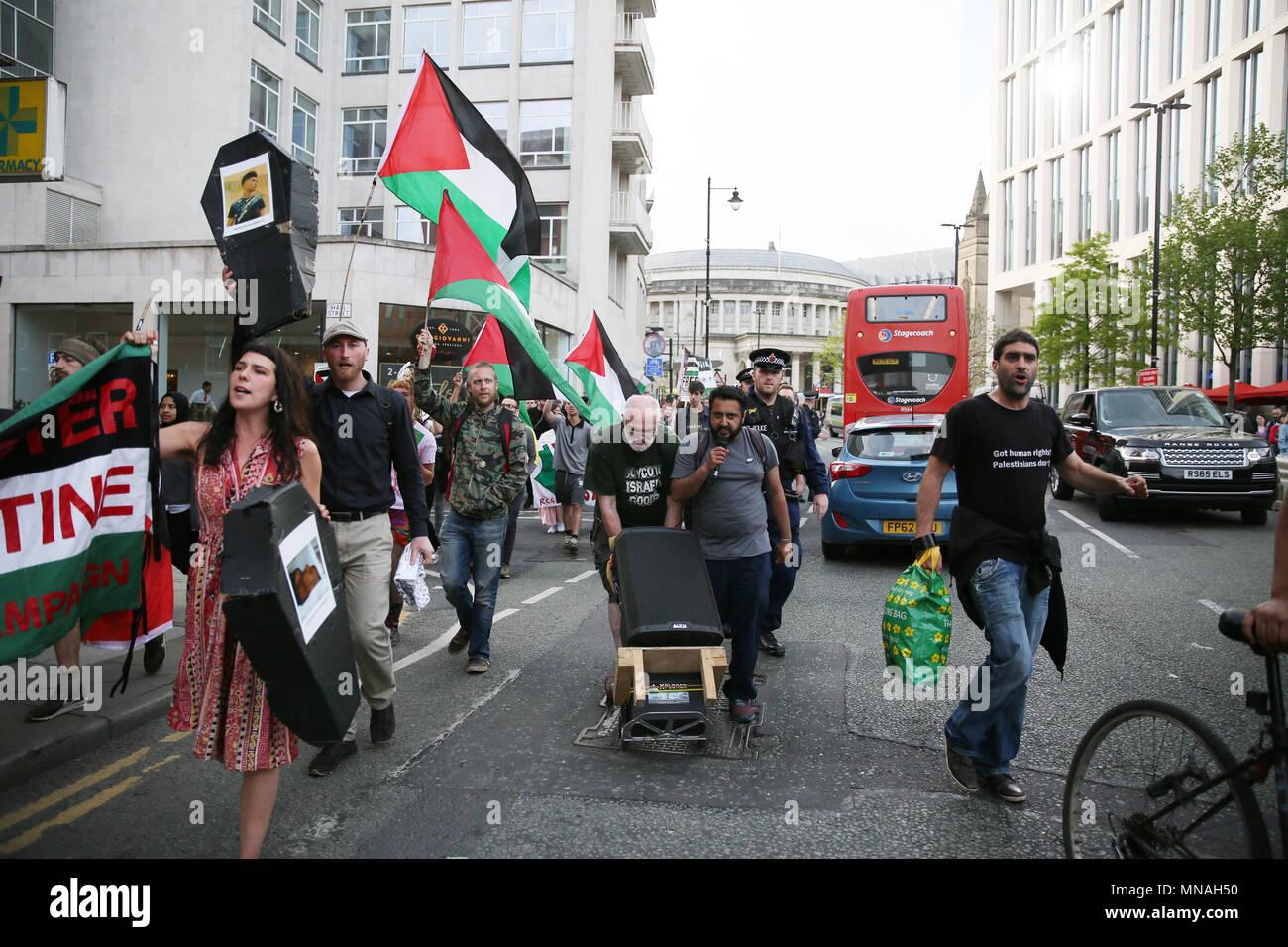 Manchester, Reino Unido. El 15 de mayo de 2018. Una marcha de protesta y sentarse fuera de la Universidad en solidaridad con Gaza y llamando a la Universidad de Manchester para boicotear, desinvertir y sancionar a Israel, Oxford Road, Manchester, el 15 de mayo de 2018, C)Barbara Cook/Alamy Live News Imagen De Stock