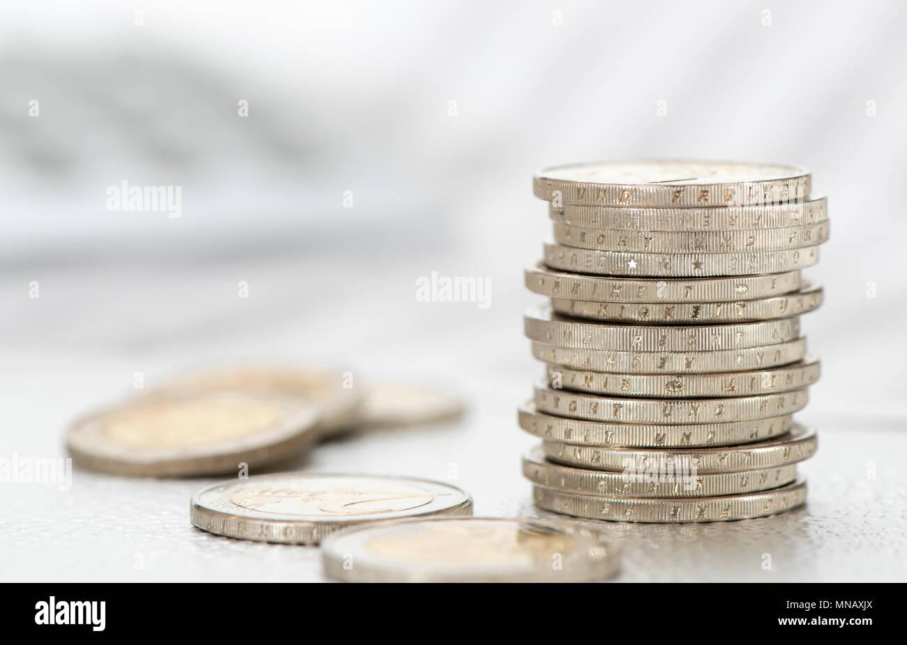 Apilar monedas de la moneda europea con los datos de la bolsa y la calculadora Imagen De Stock
