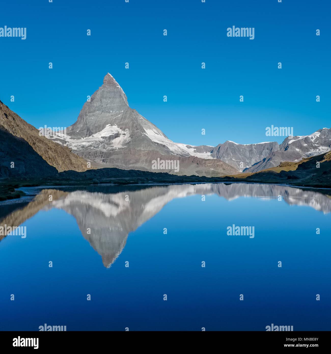 Ver el Matterhorn refleja en el lago Riffelsee, cerca de Zermatt, Suiza. Imagen De Stock