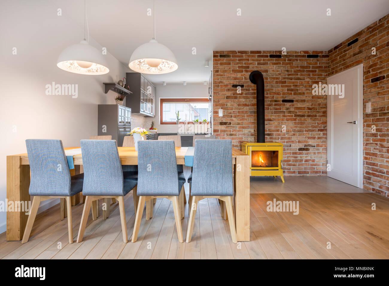 Zona de comedor con mesa de madera y sillas tapizadas Foto ...