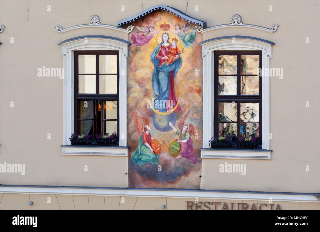 Detalle de una casa que representa a la Virgen María, en el casco antiguo de Cracovia, un sitio del Patrimonio Mundial de la Unesco. Cracovia, Polonia Imagen De Stock