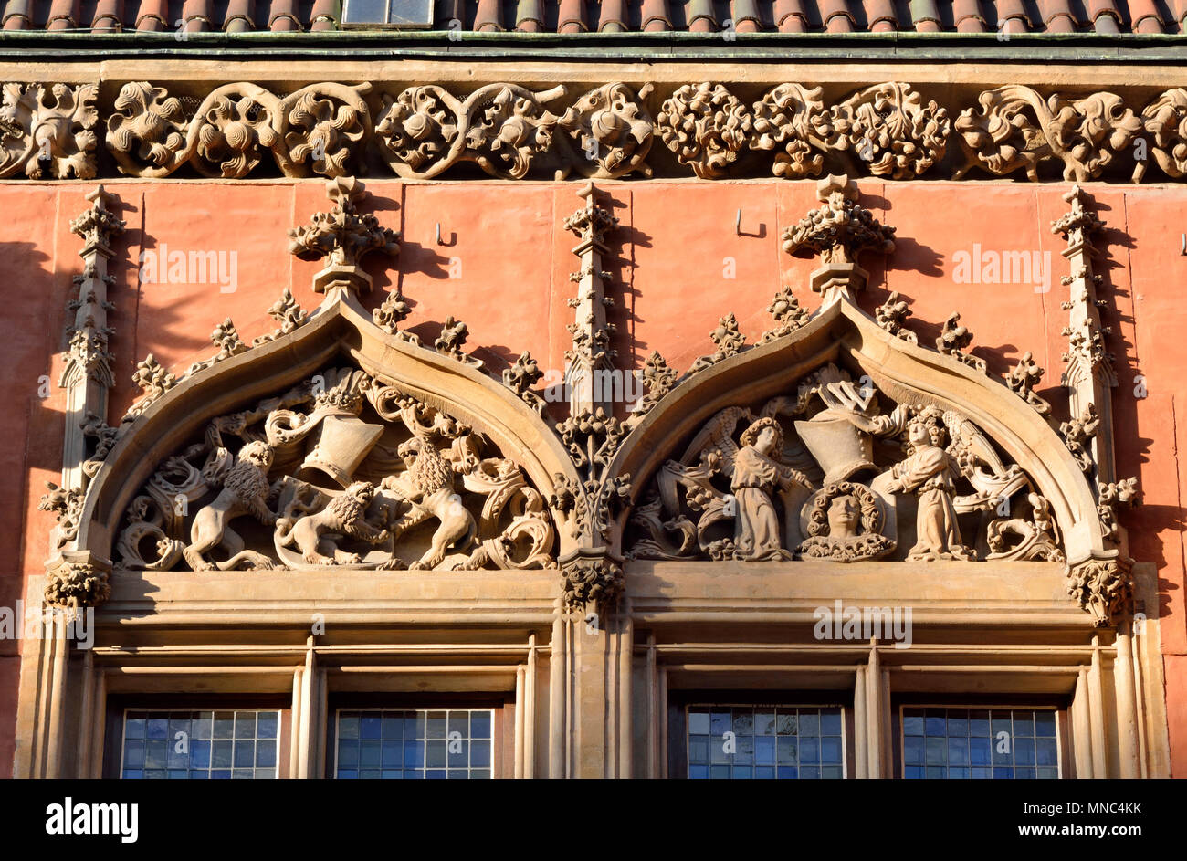 Ventanas del antiguo Ayuntamiento gótico (Stary Ratusz) en el Rynek (Plaza del Mercado). Wroclaw, Polonia Imagen De Stock