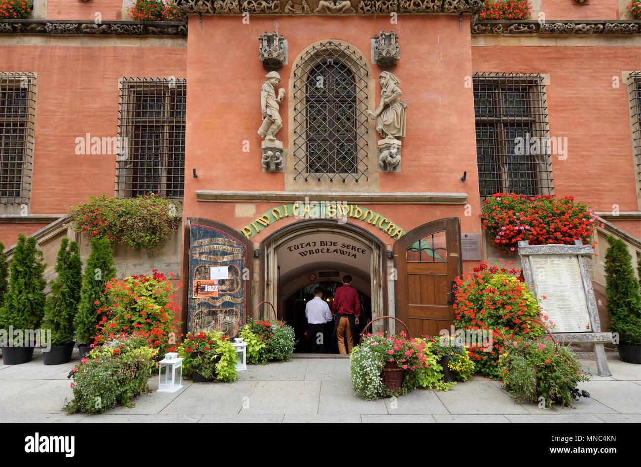 Uno de los restaurantes de la vieja Europa, Piwnica Swidnicka, abrió sus puertas en 1273. Es la primera bodega de cerveza en Europa. El Rynek, Wroclaw. Polonia Imagen De Stock
