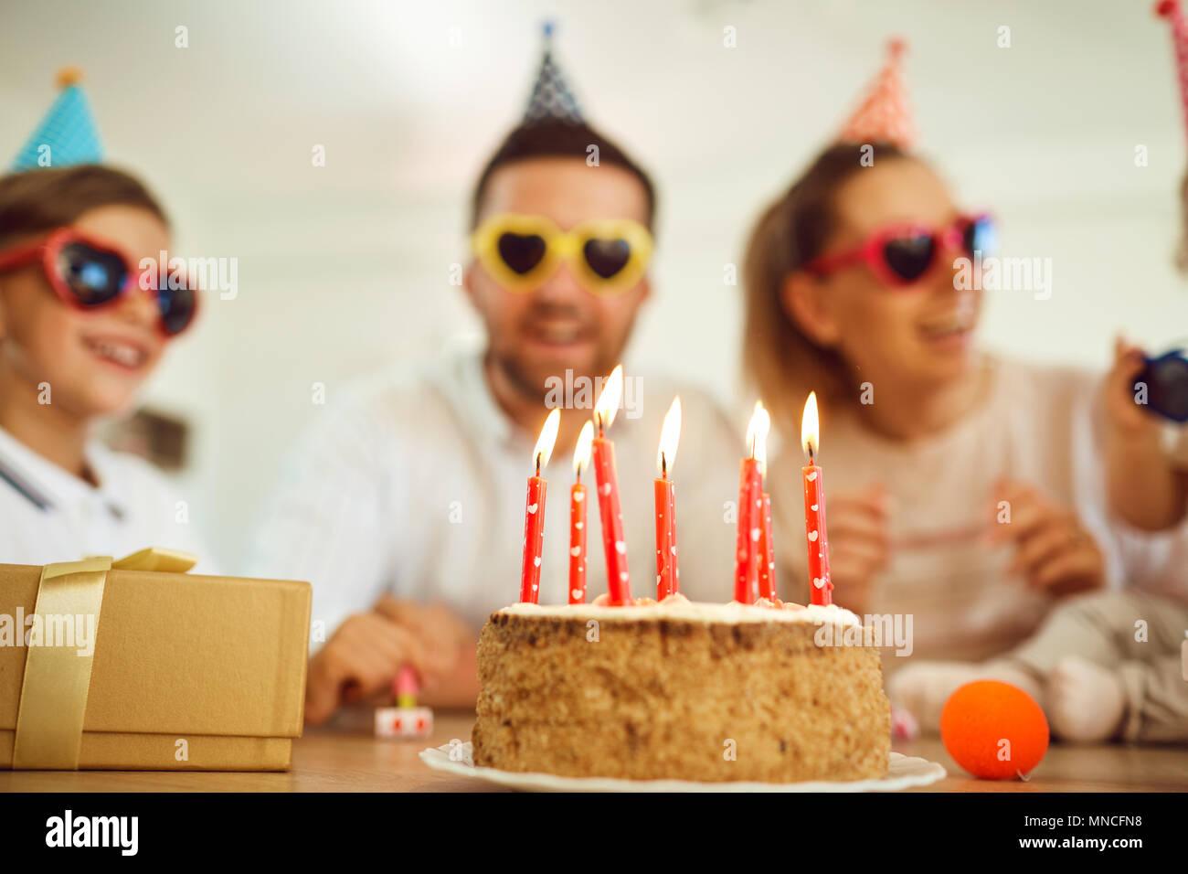 Pastel de cumpleaños con velas de cumpleaños. Imagen De Stock