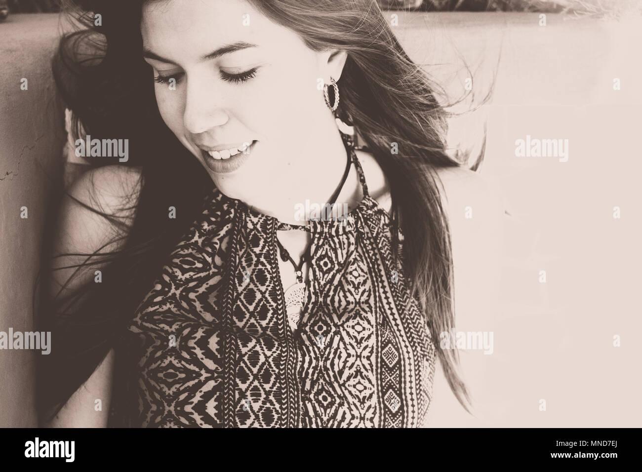 Bonita mujer joven en un retrato de cerca, el pelo largo y hermoso rostro. Filtro Vintage Imagen De Stock
