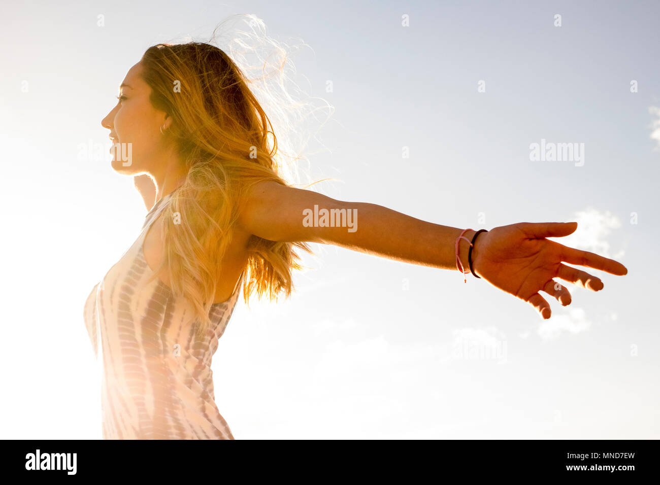 Joven bonita mujer disfrute de su libertad abriendo los brazos. Vida independiente y sentirse bien con el mundo. Abrazo a todos con satisfacción. Tenerife el alma. Imagen De Stock