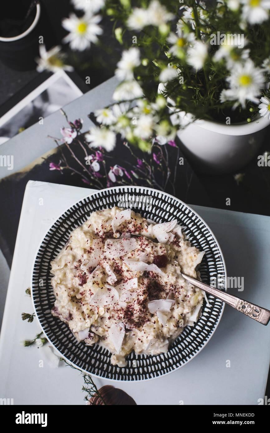 De la noche a la mañana o bircher muesli de avena con coco y arándanos (visto desde arriba) Imagen De Stock