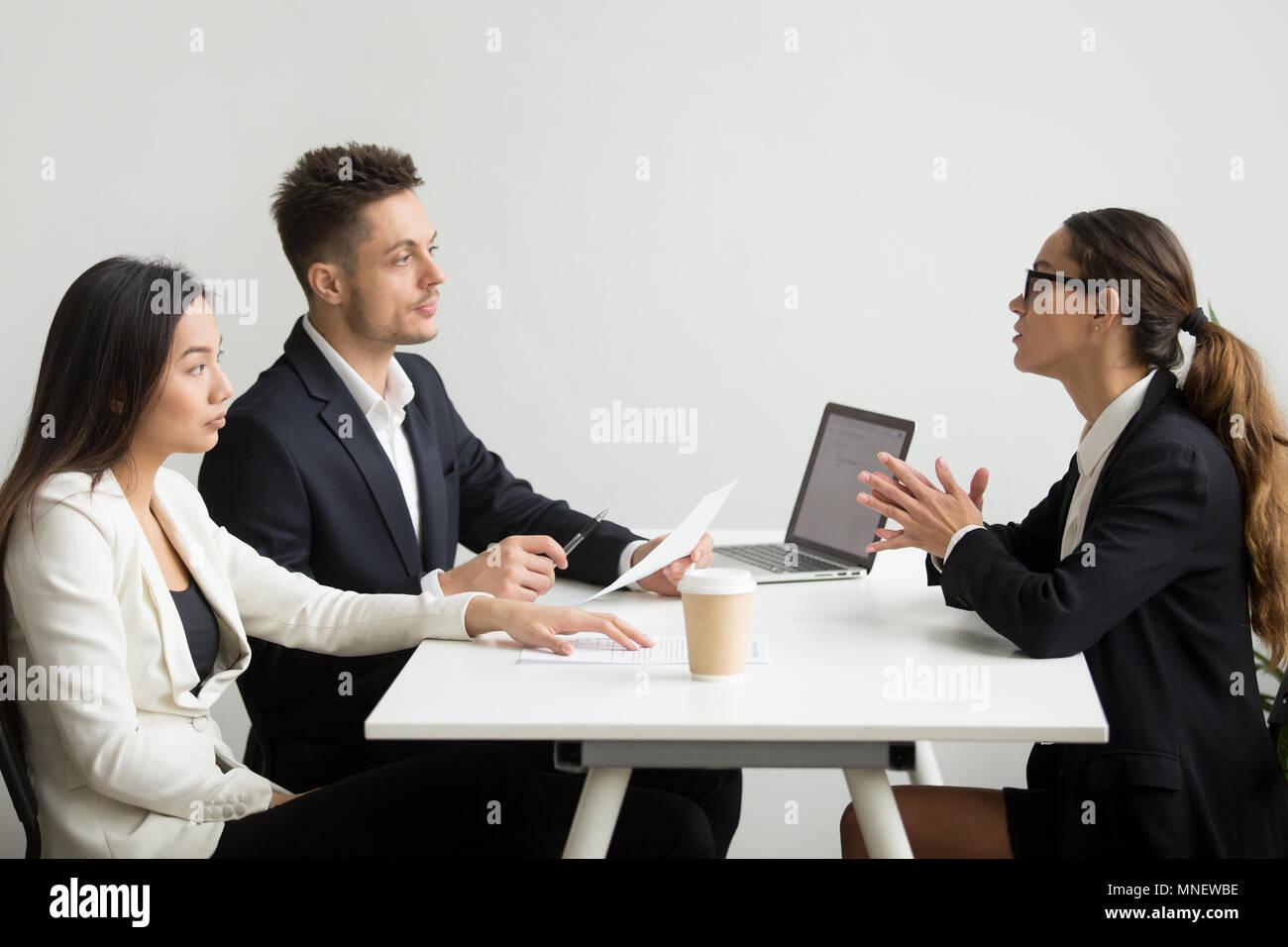 Solicitante femenino entrevistados por los gerentes de RRHH Foto de stock