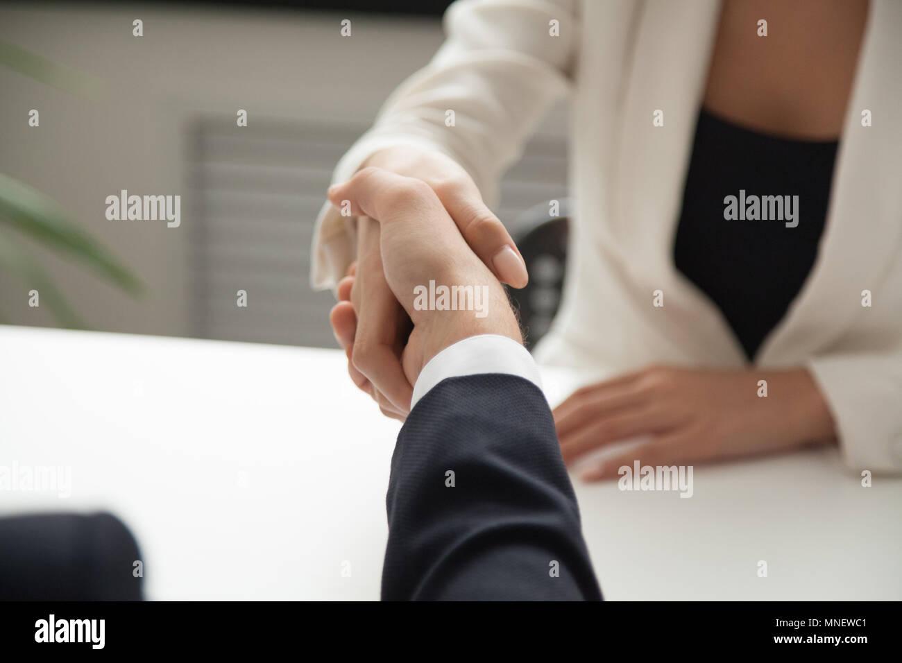 Saludo trabajadora business partner con handshake Imagen De Stock