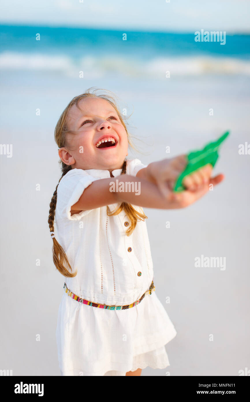 Cerca de Little Girl volar una cometa en la playa Foto de stock
