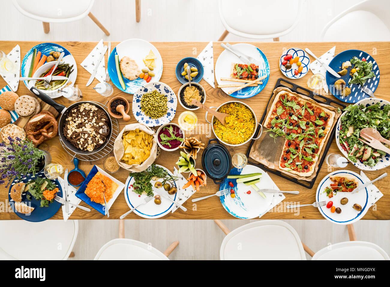 Orgánica y bio hummus, papas, ensalada en la mesa de cocina vegetariana Foto de stock