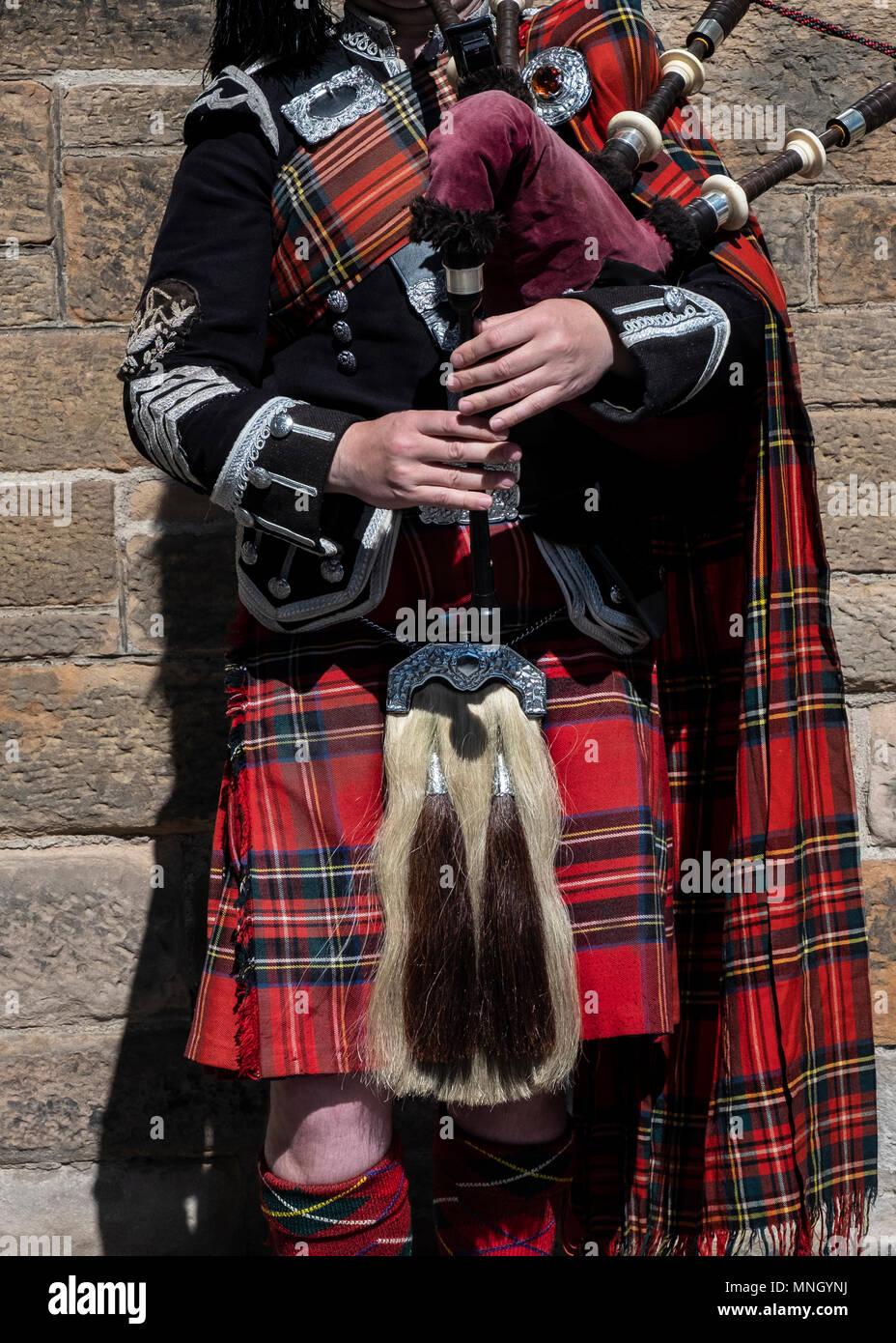 Vista de Traditional Scottish piper en tartan jugando para los turistas en la Royal Mile de Edimburgo, Escocia, Reino Unido Imagen De Stock
