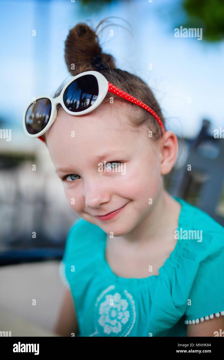 Retrato de niña casual al aire libre en verano Foto de stock