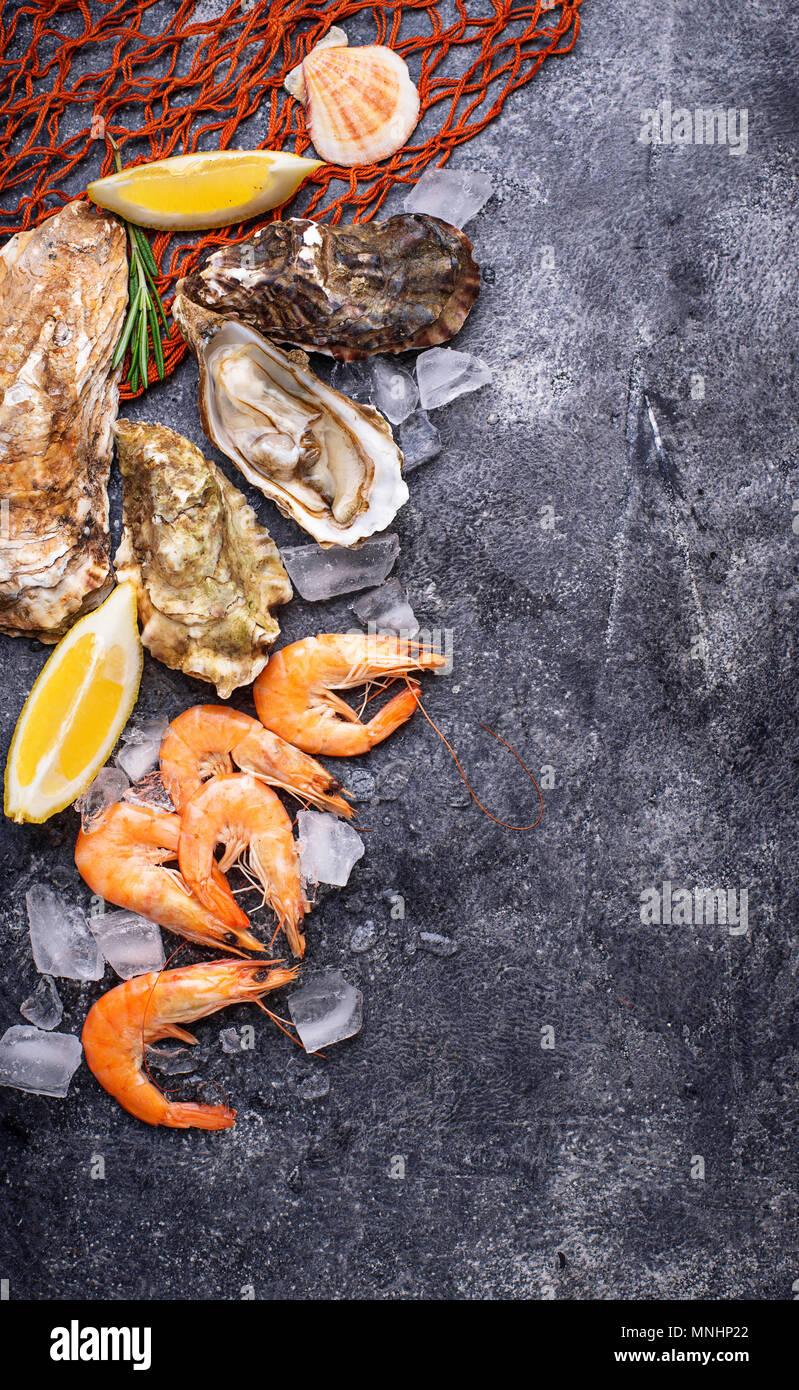 Los camarones y las ostras. Concepto de mariscos Foto de stock