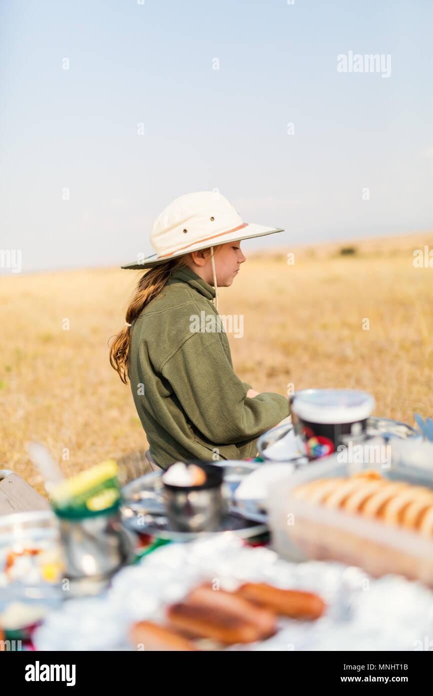Adorable niña en Kenya safari disfrutando desayuno bush Imagen De Stock