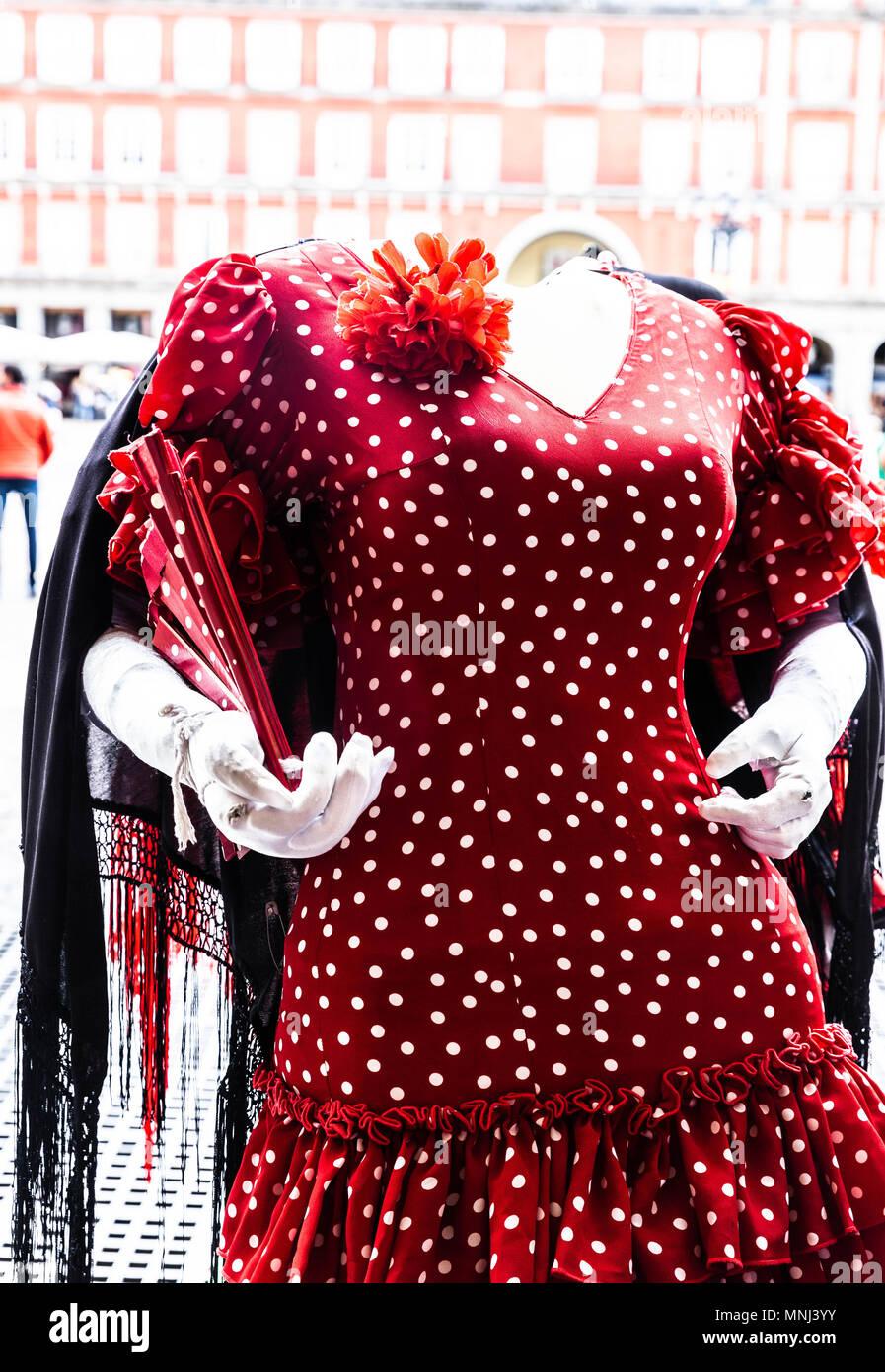 Maniqui femenino decapitado, vistiendo un traje de flamenca de lunares rojos, Madrid, España. Imagen De Stock