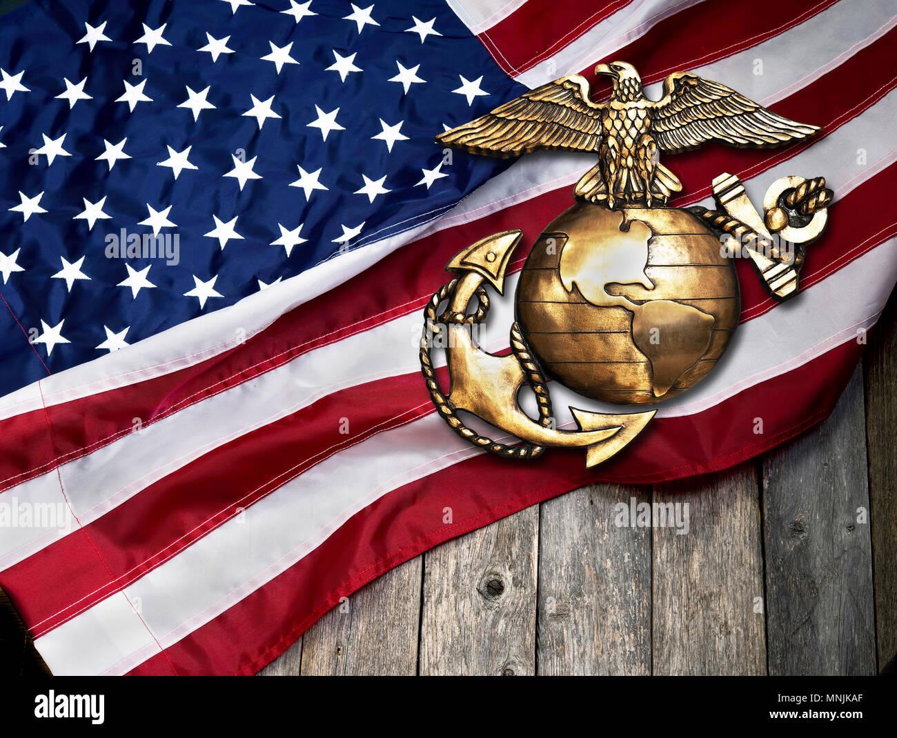 Águila marina, globo y ancla con la bandera americana de fondo. Foto de stock