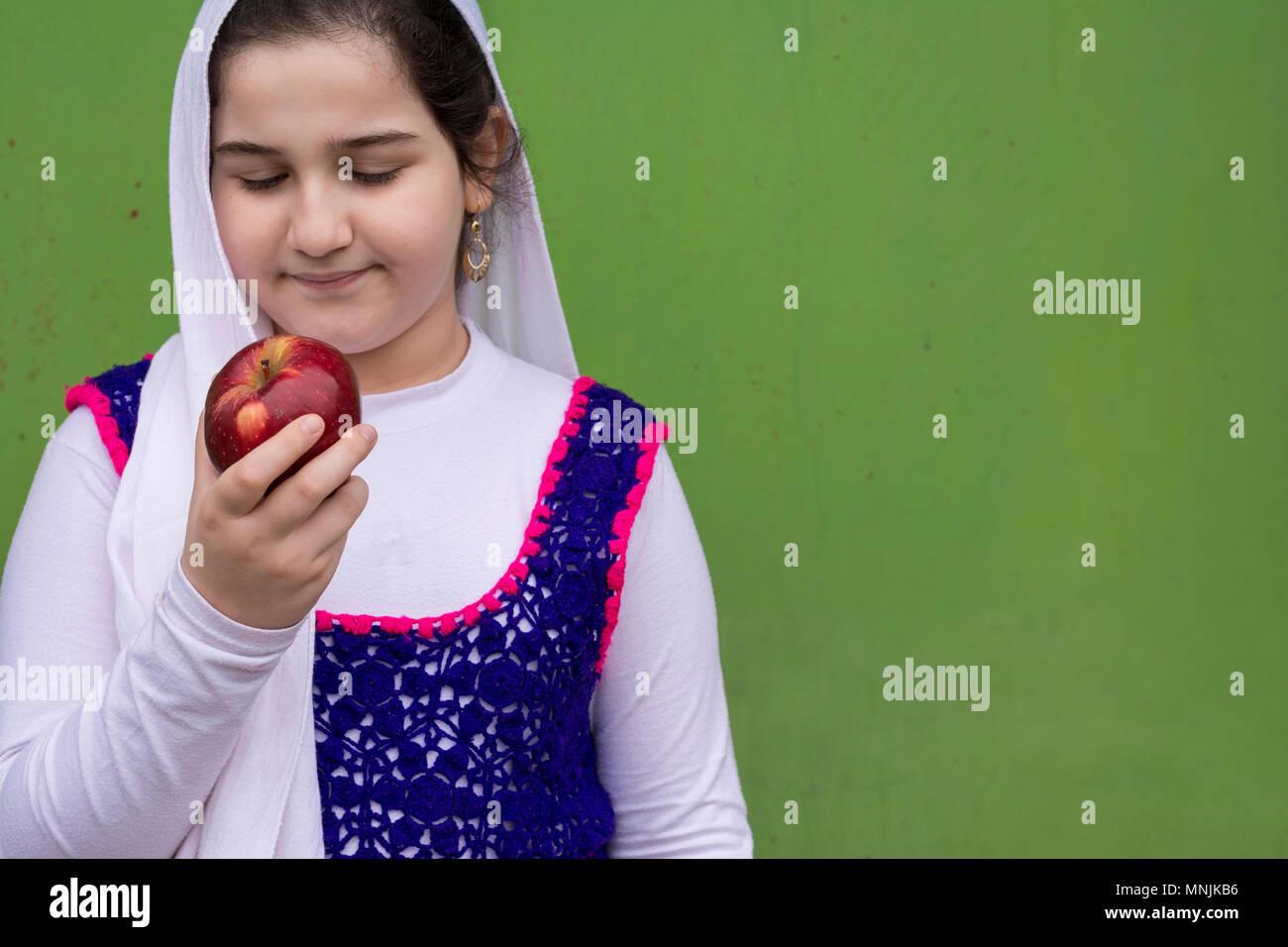 Retrato de hermosa chica adolescente con manzana roja en la mano derecha 0d395c67b055