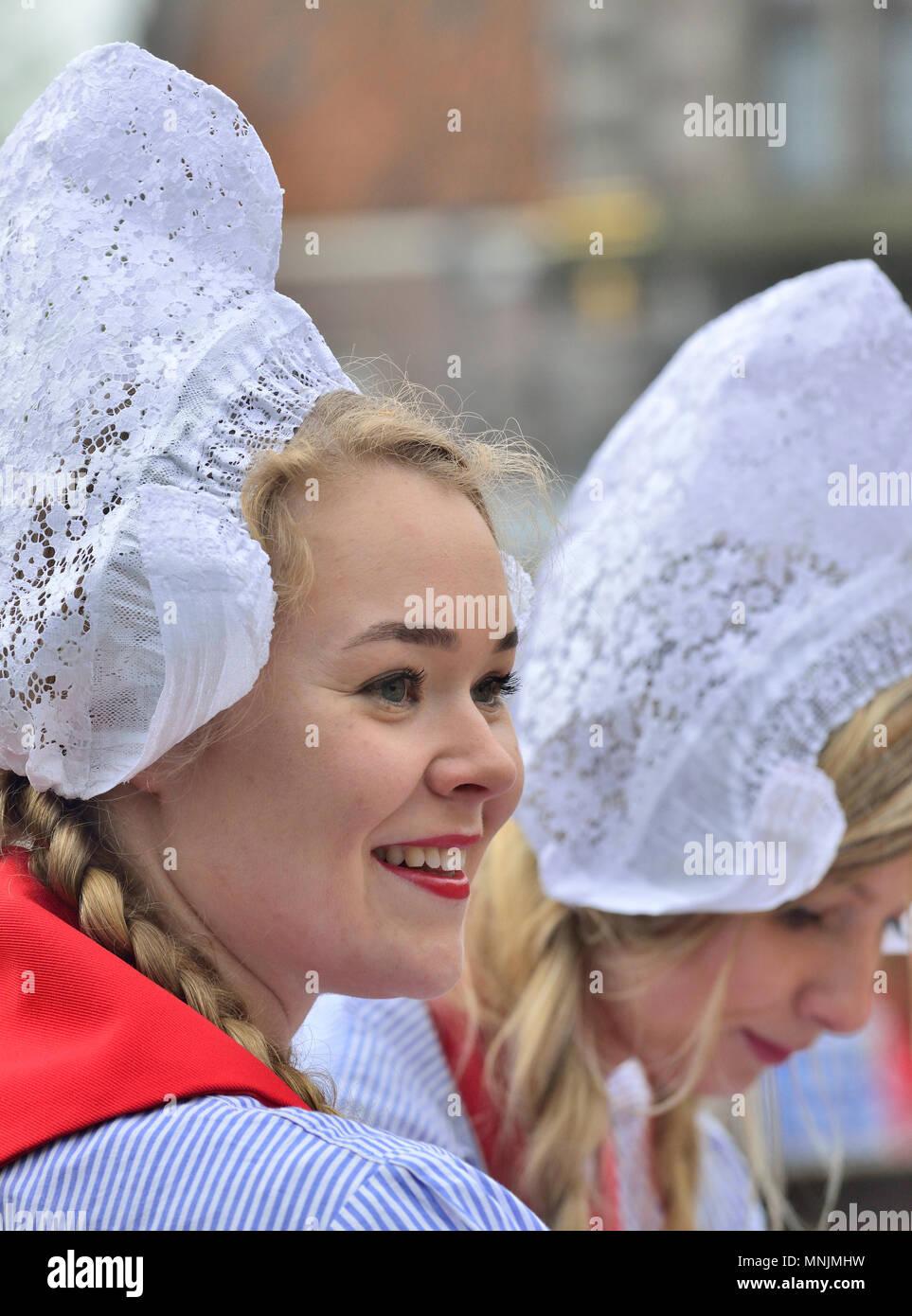 """Las niñas holandés en traje tradicional en el mercado de queso en el mercado de quesos de Alkmaar, Holanda """"queso de niñas vende muestras en el mercado de quesos de Alkmaar Imagen De Stock"""