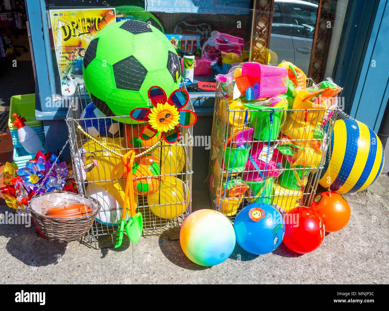 Colores brillantes o pelotas de playa de color para su venta en la acera o  sendero ef8d9311bf5ec