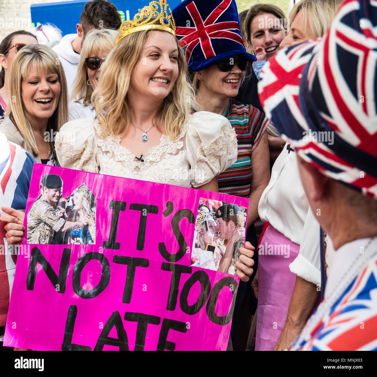 Partidario real fuera del castillo de Windsor, Harry y Meghan Boda ...